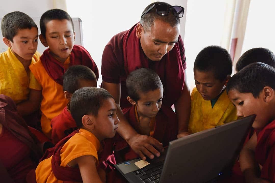 bambini-e-computer-di-atlantic-technologies-a-lamayuru