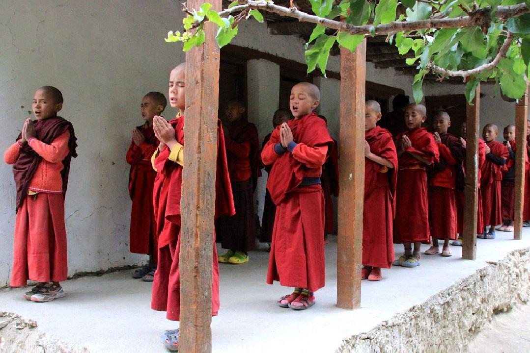bambini-preghiera-monastero-lamayuru